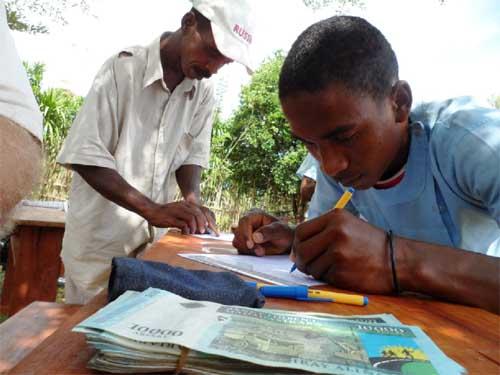La bibliothèque de l'école d'Ambodirafia à Madagascar attaquée par les termites