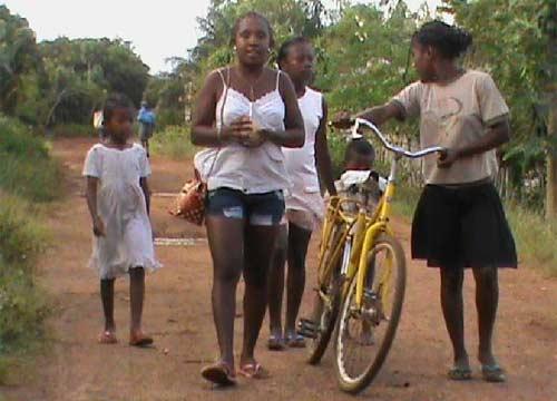 Enfants de Madagascar se rendant au collège d'Ambohitralanana à vélo