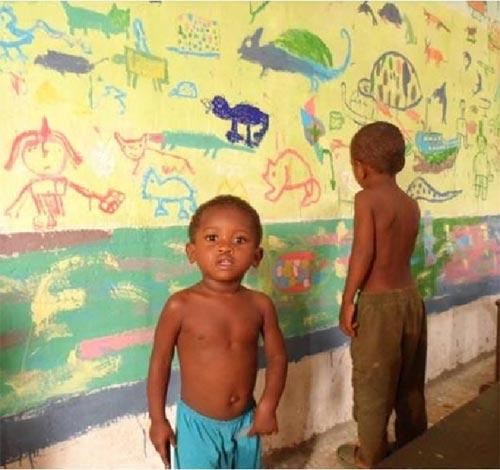 Peinture d'une fresque géante par les enfants de l'école d'Ambodirafia à Madagascar