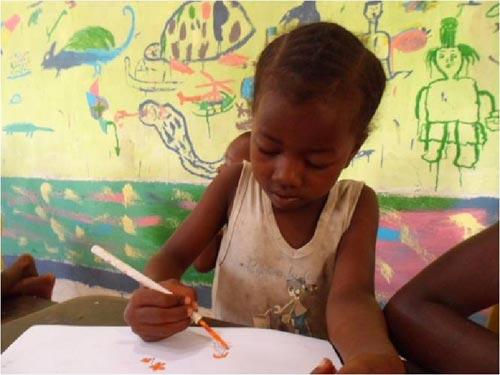 Réalisation d'une grande fresque par les élèves sur les murs de l'école d'Ambodirafia à Madagascar