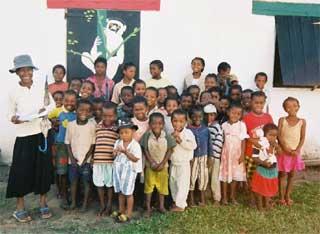 Enfants d'Ambodirafia devant leur école