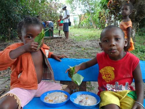 Enfants de Madagascar prenant leur repas de midi à la cantine de l'école d'Ambodirafia