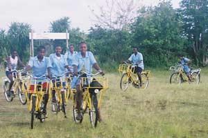 A Ambodirafia, les vélos offerts par La Poste font le bonheur des enfants