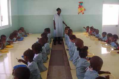 Le réfectoire de la crèche Luz e Esperanza pour enfants des rues et jeunes mères célibataires en Angola