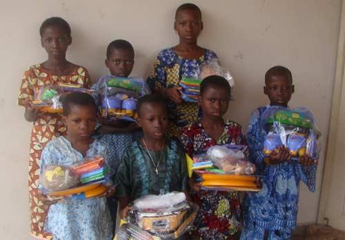 Cadeaux offerts aux enfants de SMDS lors de la 23ème Journée de l'Enfant Africain
