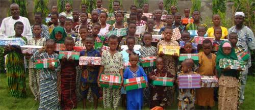 Distribution aux orphelins des cadeaux offerts par leurs Parrains et Marraines