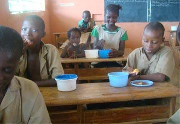Cantine scolaire dans la classe de Gildas au Bénin