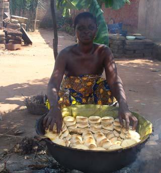 Cuisson traditionnelle des galettes de maïs Ablo au Bénin