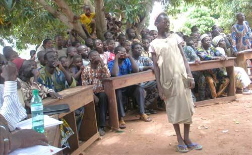une jeune orpheline victime de traite d'enfants témoigne au Bénin