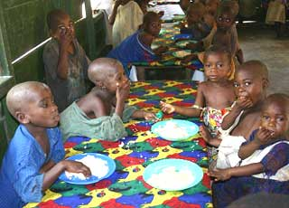 Repas de midi pour les plus jeunes enfants à la cantine du FONDAF