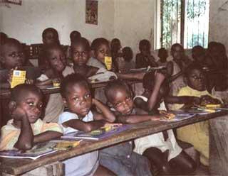 Rentrée scolaire des enfants Pygmées à Bipindi