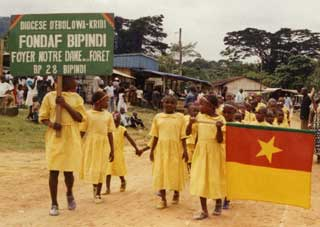 Défilé des enfants Pygmées Bagyeli à la fête de la Jeunesse