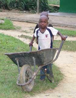 A leur mesure, les enfants participent aux travaux quotidiens du FONDAF