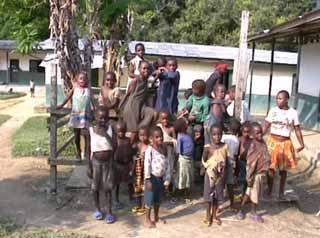 Dans la cour autour du puits,les jeunes Pygmées de Bipindi