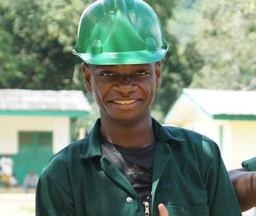 Jeune pygmée ayant suivi une formation en agriculture au Fondaf Bipindi au Cameroun