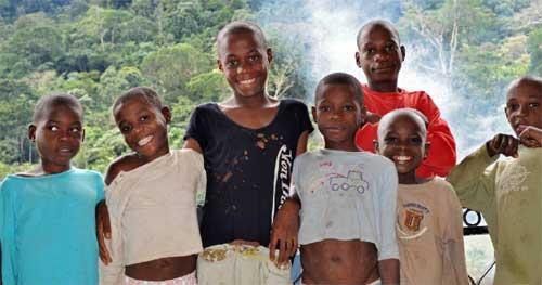 Les enfants Pygmées du Foyer d'Akom 2 au Cameroun