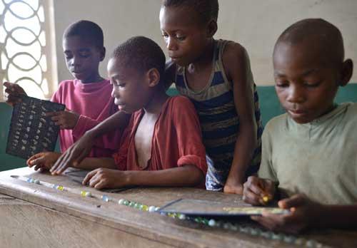 Au Cameroun, apprentissage du calcul à l'aide de billes pour les enfants Pygmées du Fondaf à Bipindi