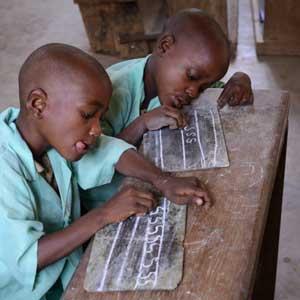 Les jeunes Pygmées du Fondaf Bipindi apprennent à écrire