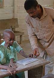 Au Foyer de Bipindi au Cameroun, les enfants Pygmées Bagyeli font l'apprentissage de l'écriture dans les classes précolaires ORA
