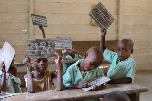Apprentissage de l'écriture par les enfants Pygmées Bagyeli du Foyer de Bipindi au Cameroun