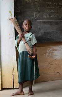Une enfant Pygmée Bagyeli aide à balayer la classe en fin de journée