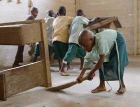 Les enfants Pygmées rangent leur classe après l'école