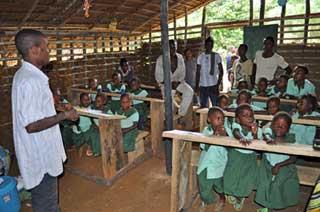 La nouvelle classe ORA1 des jeunes Pygmées au campement de Bandevouri