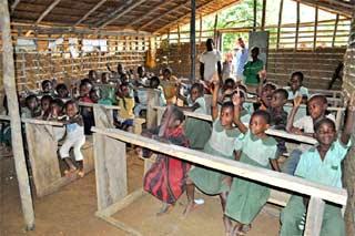 Classe de l'école du campement Pygmée de Bandevouri au Cameroun