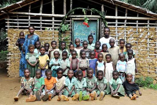Ecole de brousse dans le campement Pygmée de Bandevouri au Cameroun