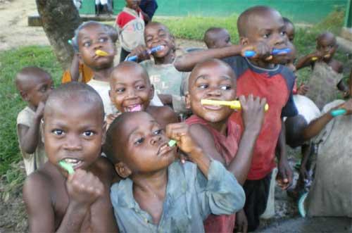 Initiation au brossage des dents pour les enfants Pygmées de Bipindi au Cameroun