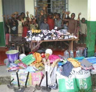 Distribution des cadeaux offerts aux enfants Pygmées par leurs parrains et marraines