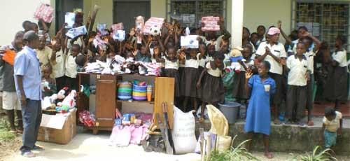 Cadeaux offerts aux enfants Pygmées du Fondaf
