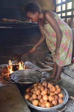 Cuisson des traditionnels beignets dans un campement Pygmée au Cameroun