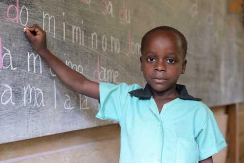 Au Cameroun, un jeune écolier Pygmée pensionnaire au Fondaf à Bipindi