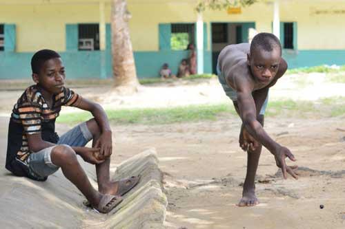 Au Cameroun, jeu de billes pour les enfants Pygmées du Fondaf à Bipindi