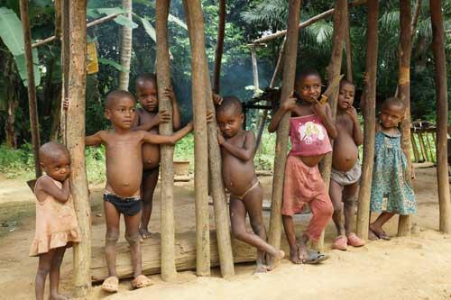 Enfants du campement des Pygmées Bagyeli à Bandevouri au Cameroun