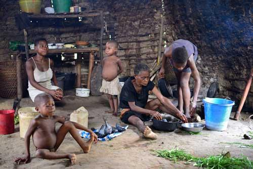 Scène de vie dans une case d'un campement pygmée au Cameroun