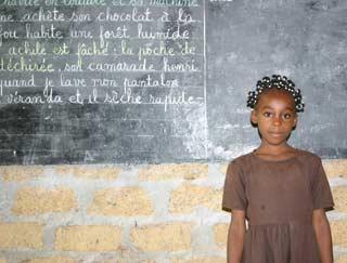 Cécile, jeune Pygmée pensionnaire du Fondaf élève à l'école primaire de Bipindi, Cameroun