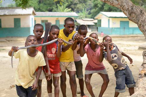Les enfants Pygmées Bagyeli ont attrappé un serpent pygmée à Bipindi