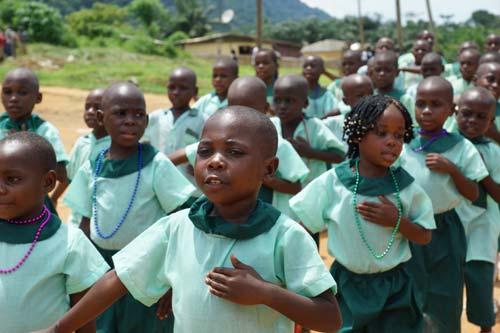 La chorale des jeunes Pygmées de Bipindi pour la fête nationale du Cameroun