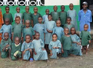 La classe ORA1 des jeunes Pygmées pensionnaires au Fondaf à Bipindi
