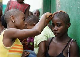 Coupe de cheveux à ras pour la rentrée scolaire des jeunes Pygmées au Cameroun