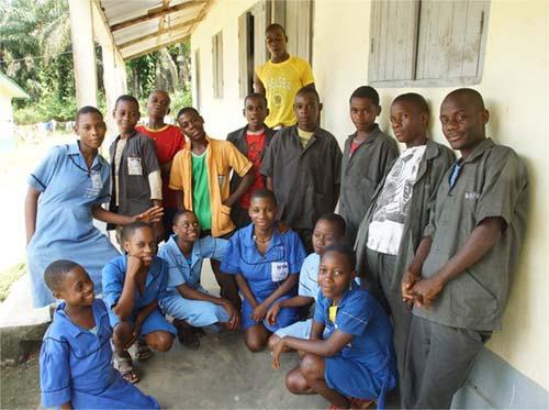 Jeunes Pygmées collégiens à Bipindi au Cameroun
