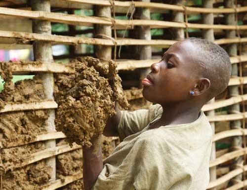 Construction traditionnelle dans un campement pygmée au Cameroun