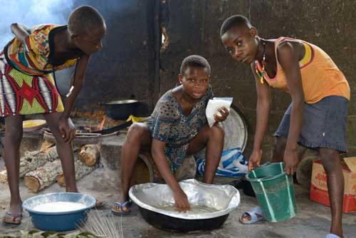 Cuisson des beignets par les jeunes Pygmées Bagyeli de Bipindi au Cameroun