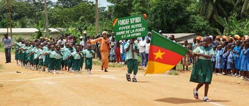 Jeunes Pygmées Bagyeli défilant devant les autorités pour la fête nationale du Cameroun