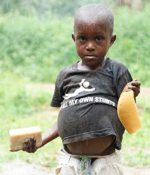 Une bonne douche pour les enfants Pygmées de Bipindi au Cameroun