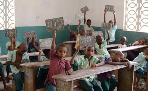 Les enfants Pygmées Bagyeli apprennent la lecture et l'écriture au Fondaf