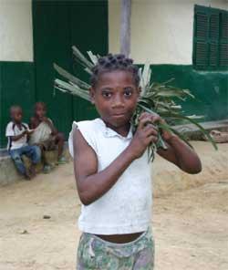 Enfant Pygmée et son balai en palme de cocotier
