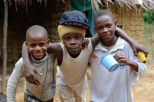 Jeunes pygmées de Bipindi au Cameroun s'amusant dans leur campement